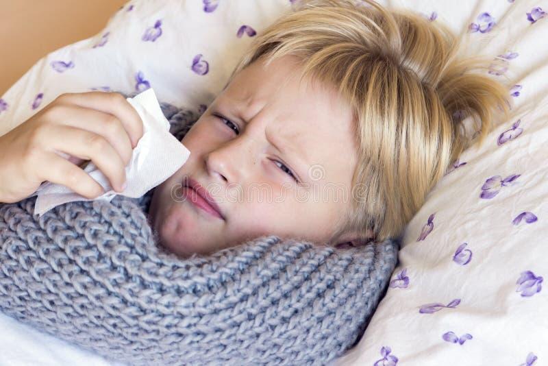 Nez de soufflement malade de garçon photographie stock libre de droits