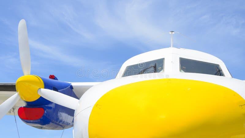 Nez jaune d'un avion photo libre de droits
