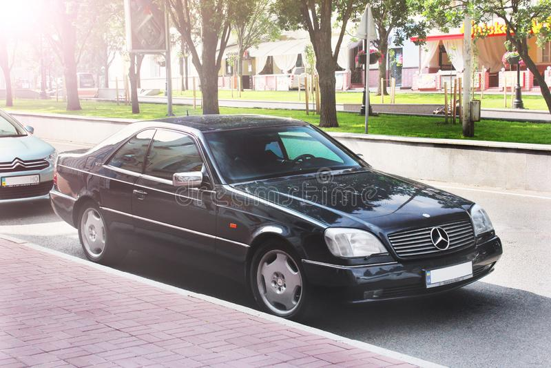 Nezhin, Ουκρανία - 15 Ιουνίου 2018: Η μαύρη Mercedes-Benz C140 SL που σταθμεύουν στο κέντρο πόλεων Μαύρο αυτοκίνητο πολυτέλειας στοκ φωτογραφίες