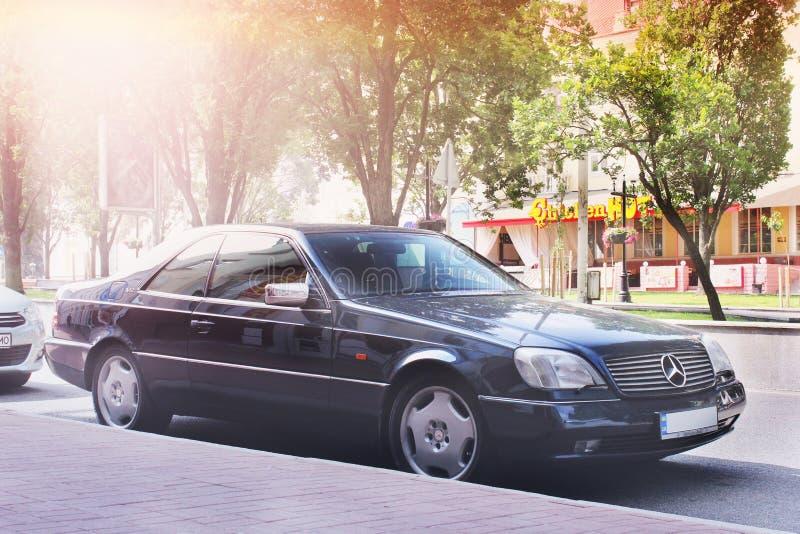 Nezhin, Ουκρανία - 15 Ιουνίου 2018: Η μαύρη Mercedes-Benz C140 SL που σταθμεύουν στο κέντρο πόλεων Μαύρο αυτοκίνητο πολυτέλειας στοκ εικόνα