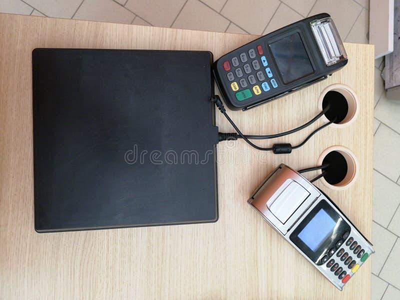 NFC-kreditkortbetalning i kaf? Kund som betalar med den contactless kreditkorten med NFC-teknologi Kvinnahand genom att använda k arkivfoton