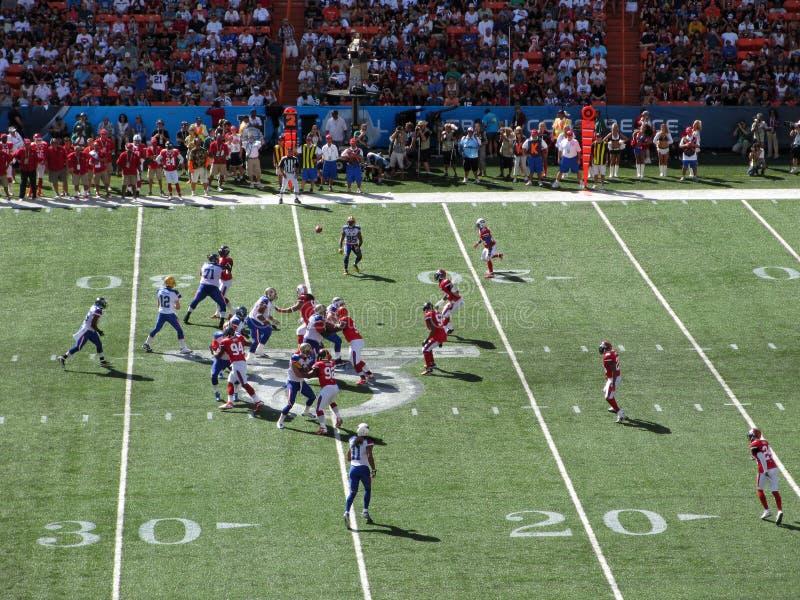 NFC-QuarterbackAaron Rogers kast klumpa ihop sig till den breda mottagaren Greg Jennings royaltyfria bilder