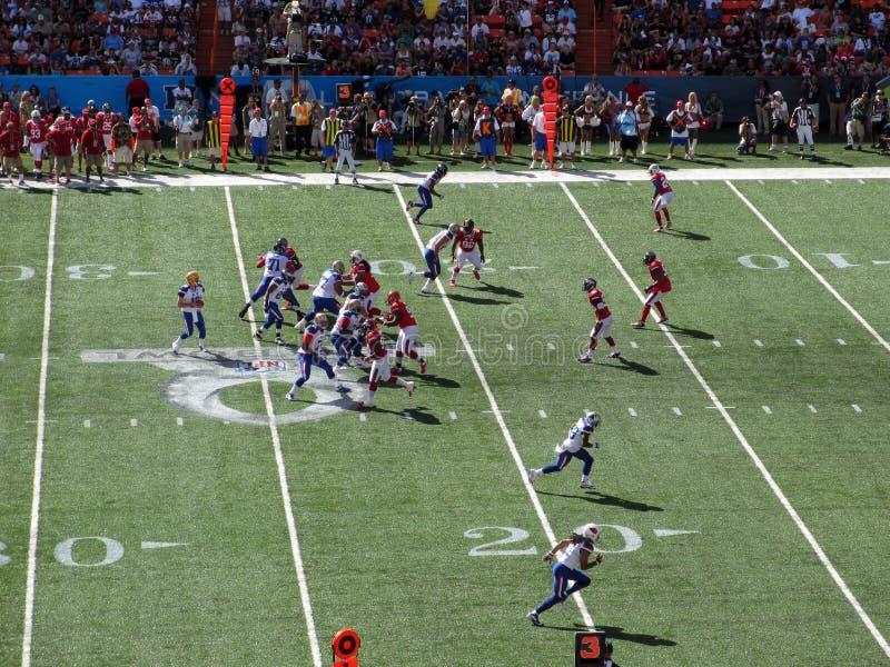 NFC-quarterbacken Aaron Rogers ställer in till kastet med annan All-stjärna P royaltyfri fotografi