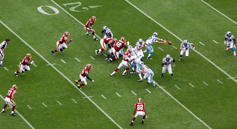 NFL - Delhomme übergibt weg von der Kugel lizenzfreies stockfoto