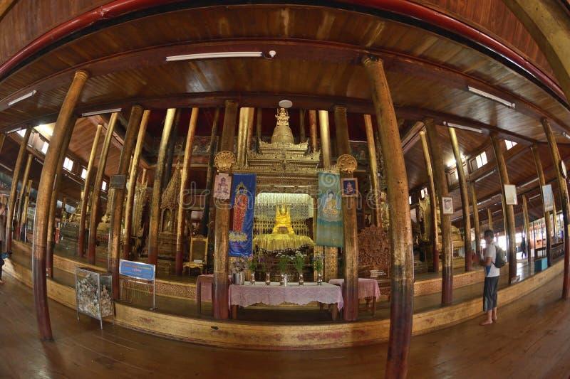 Nga Hpe Kyaung que salta Cat Monastery foto de stock royalty free