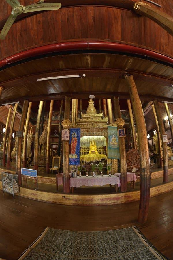 Nga Hpe Kyaung que salta Cat Monastery imagens de stock royalty free