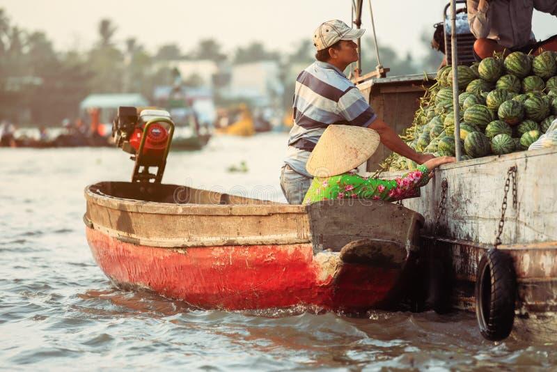 Nga Nam spławowy rynek w Mekong delcie Wietnam fotografia royalty free