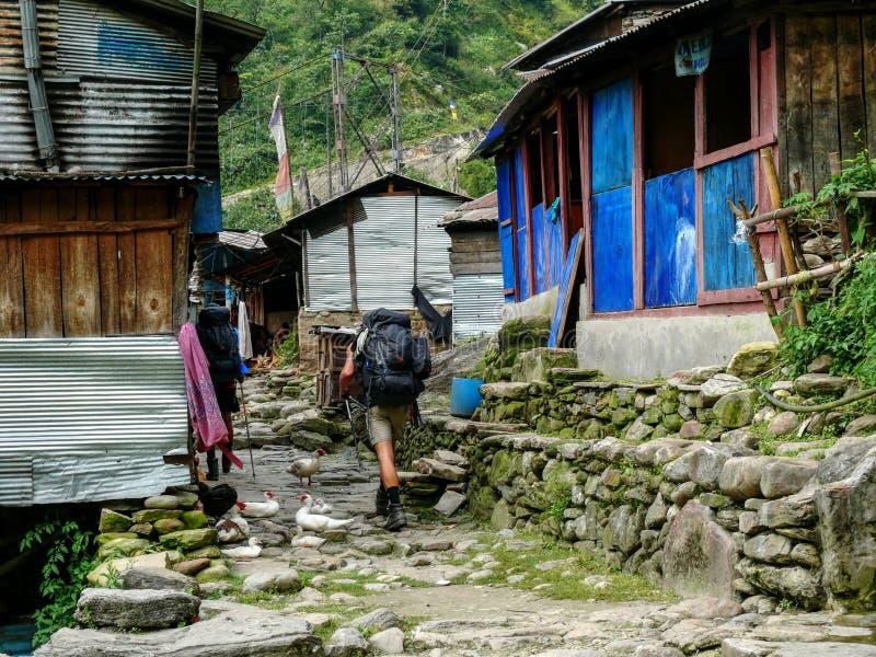 Ngadi村庄,迁徙的尼泊尔-的安纳布尔纳峰 库存图片