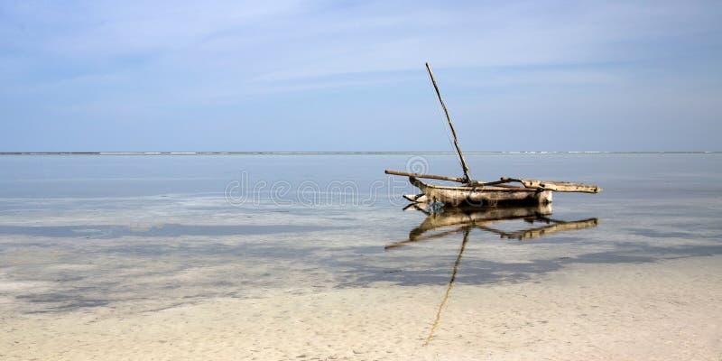 Ngalawa na praia de Zanzibar imagem de stock