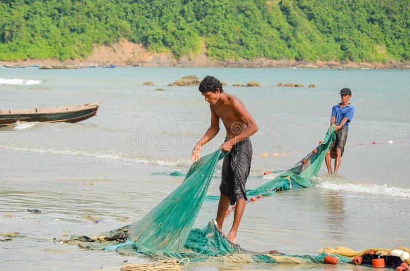 NGAPALI, МЬЯНМА 25-ОЕ СЕНТЯБРЯ 2016: Бирманские рыболовы на заливе Бенгалии стоковая фотография