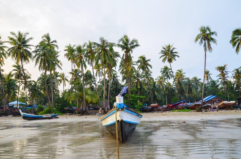 NGAPALI, MYANMAR 27 ΣΕΠΤΕΜΒΡΊΟΥ 2016: Fisherman& x27 βάρκα του s περιερχόμενος στην καταστροφή και την ερείπωση σε μια παραλία στοκ φωτογραφία