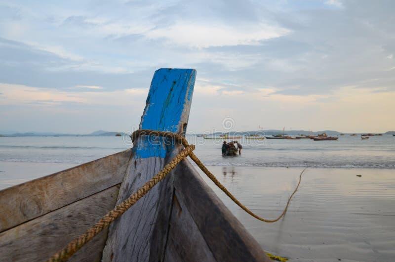NGAPALI, MYANMAR 27 ΣΕΠΤΕΜΒΡΊΟΥ 2016: Fisherman& x27 βάρκα του s περιερχόμενος στην καταστροφή και την ερείπωση σε μια παραλία στοκ φωτογραφία με δικαίωμα ελεύθερης χρήσης