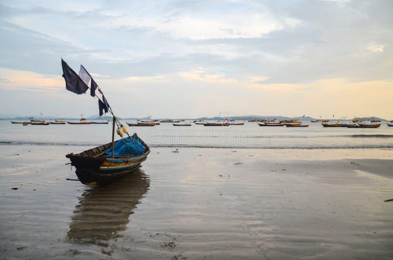 NGAPALI, MYANMAR 27 ΣΕΠΤΕΜΒΡΊΟΥ 2016: Fisherman& x27 βάρκα του s περιερχόμενος στην καταστροφή και την ερείπωση σε μια παραλία στοκ εικόνα με δικαίωμα ελεύθερης χρήσης