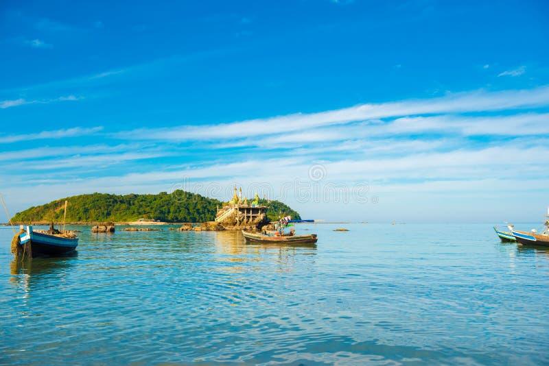 NGAPALI, MYANMAR - 5 DE DEZEMBRO DE 2016: Barcos de pesca na praia Copie o espaço para o texto foto de stock