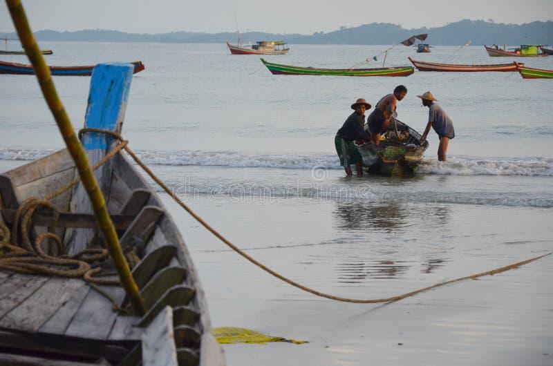 NGAPALI, MYANMAR 27. SEPTEMBER 2016: Das Boot des Fischers gefallen in Ruine und in Verfall auf einem Strand lizenzfreies stockfoto