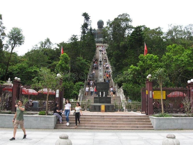 Ngong Ping Piazza, mirando hacia Tian Tan Buddha, isla de Lantau, Hong Kong foto de archivo