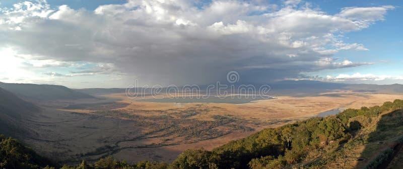 Ngorongoro Krater - panoramische Ansicht stockfotos