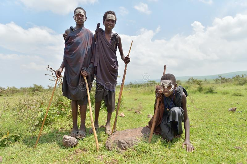 Ngorongoro, Tanzania, el 12 de febrero de 2016: Circuncisión del bfore de los muchachos foto de archivo libre de regalías