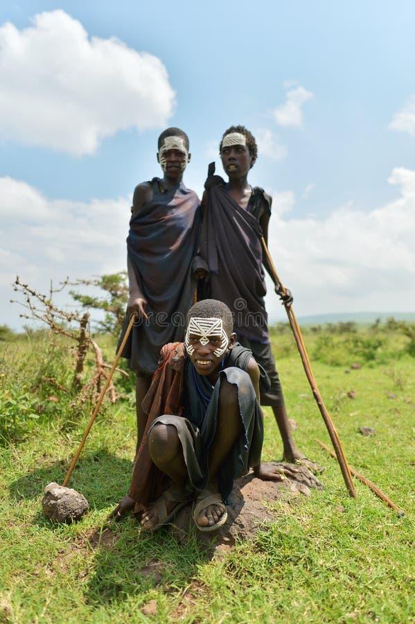 Ngorongoro, Tanzania, el 12 de febrero de 2016: Circuncisión del bfore de los muchachos fotografía de archivo