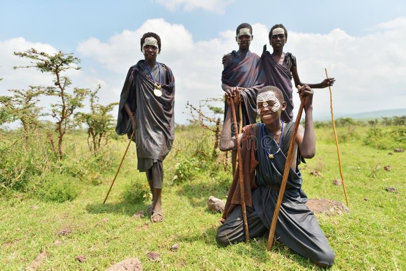 Ngorongoro, Tanzania, el 12 de febrero de 2016: Circuncisión del bfore de los muchachos imagen de archivo