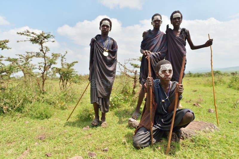 Ngorongoro, Tanzania, el 12 de febrero de 2016: Circuncisión del bfore de los muchachos imagen de archivo libre de regalías