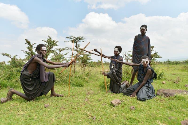 Ngorongoro, Tanzania, el 12 de febrero de 2016: Circuncisión del bfore de los muchachos imagenes de archivo