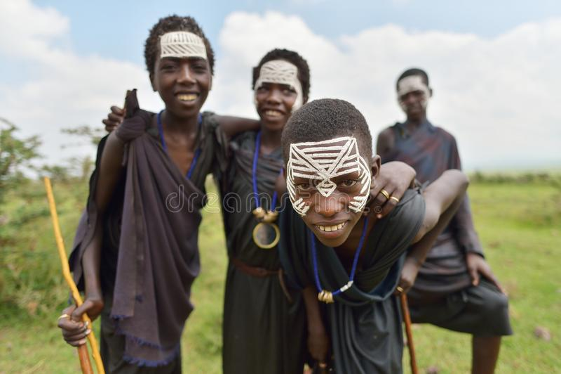 Ngorongoro, Tanzania, el 12 de febrero de 2016: Circuncisión del bfore de los muchachos foto de archivo
