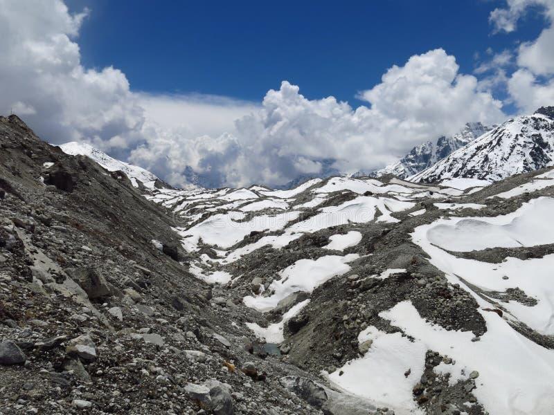 Ngozumba冰川和冰碛 免版税库存照片