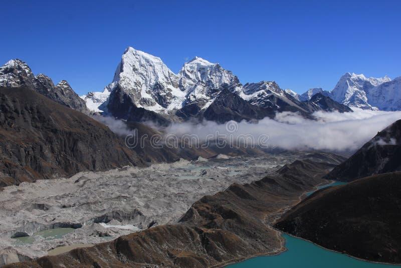 Ngozumpa冰川和登上Cholatse 免版税库存照片