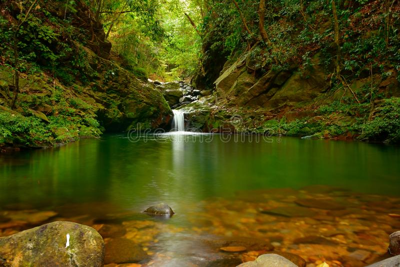Ngu Ho Lake y cascadas en la montaña de Bach mA - Viet Nam - versión de la luz imagenes de archivo