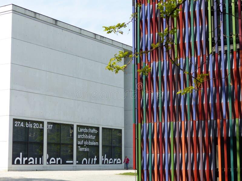 Ângulo do museu colorido de Brandhorst com Art Museum moderno em Munich, Alemanha foto de stock