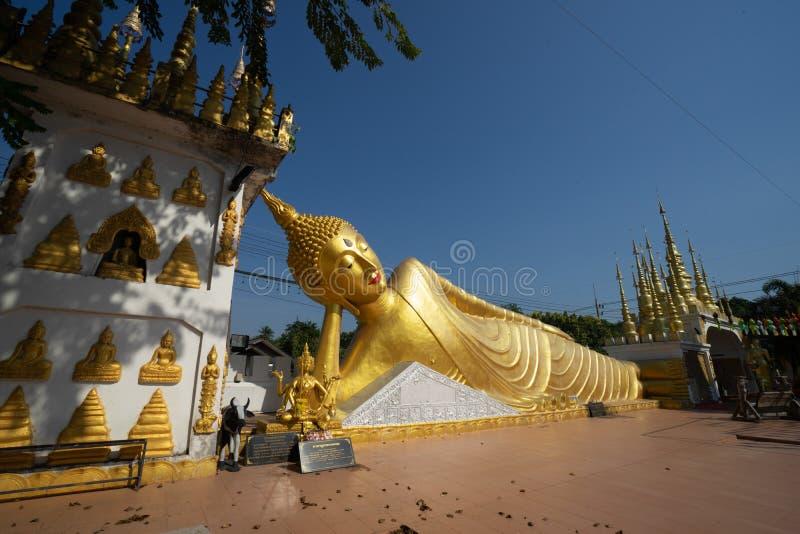 Ângulo largo, imagem de reclinação da Buda no bom dia da luz solar fotos de stock