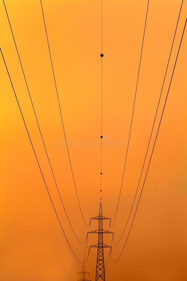 Ângulo panorâmico de postes de alta tensão fotografia de stock royalty free