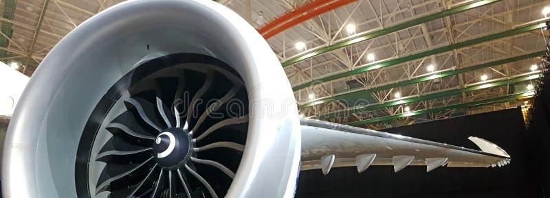 Ângulo ultra largo disparado do motor maciço poderoso do avião com asa dobrada foto de stock royalty free