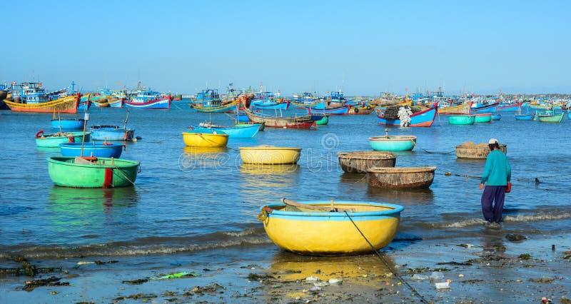 Αλιευτικά σκάφη στη θάλασσα σε Nha Trang, Βιετνάμ στοκ εικόνα
