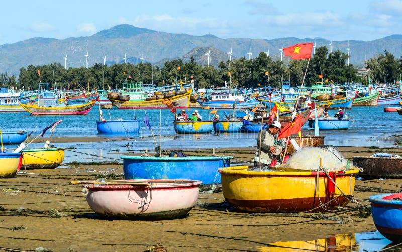 Αλιευτικά σκάφη στη θάλασσα σε Nha Trang, Βιετνάμ στοκ εικόνα με δικαίωμα ελεύθερης χρήσης