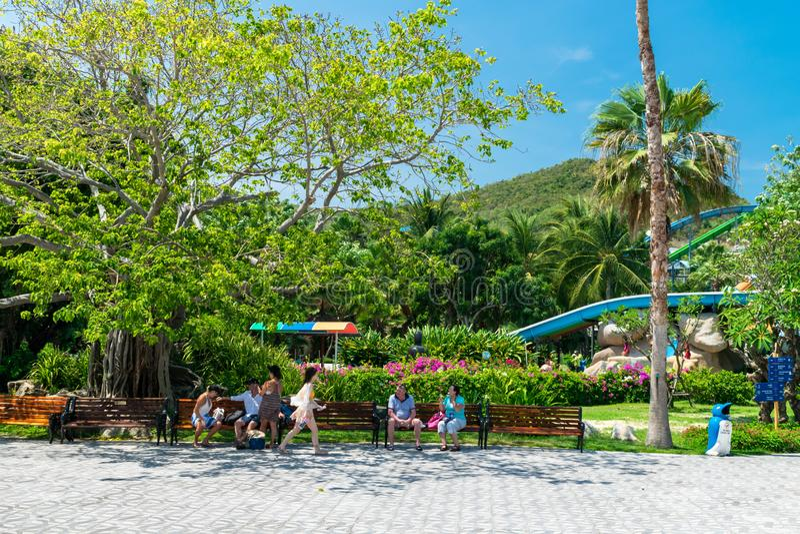 NHA TRANG, VIETNAM - 16 APRILE 2019: Turisti nel parco di divertimenti sotto gli alberi tropicali in Vinpearl in Nha Trang immagini stock