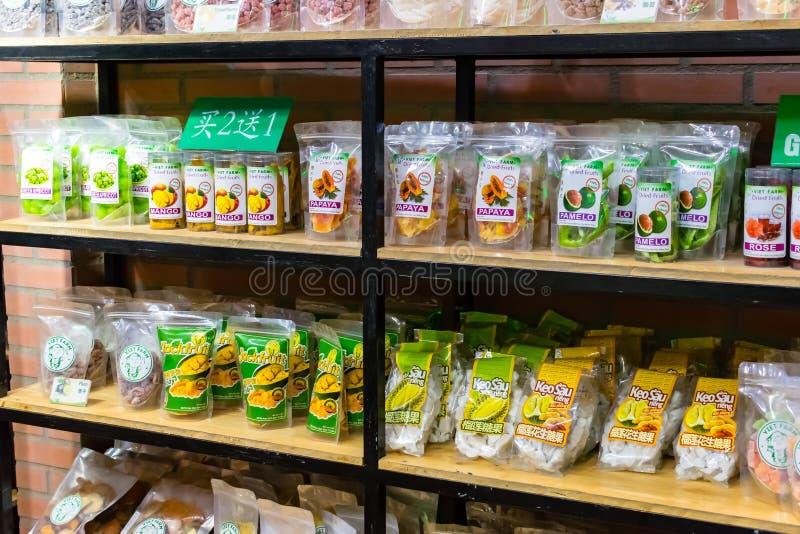 NHA TRANG, VIETNAM - 16 AVRIL 2019 : Fruits secs dans les sacs sur le rayon de magasin photos libres de droits