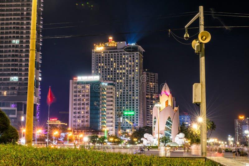 NHA TRANG, VIETNAM - 11 DE ABRIL DE 2019: Lotus constructivo con las luces de calle en el centro de Nha Trang en la noche fotos de archivo