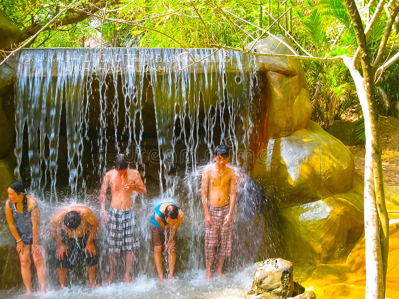 Nha Trang, Vietnam - 13 de febrero de 2011: Los visitantes no identificados toman el mineral se bañan en I - centro turístico imagen de archivo libre de regalías