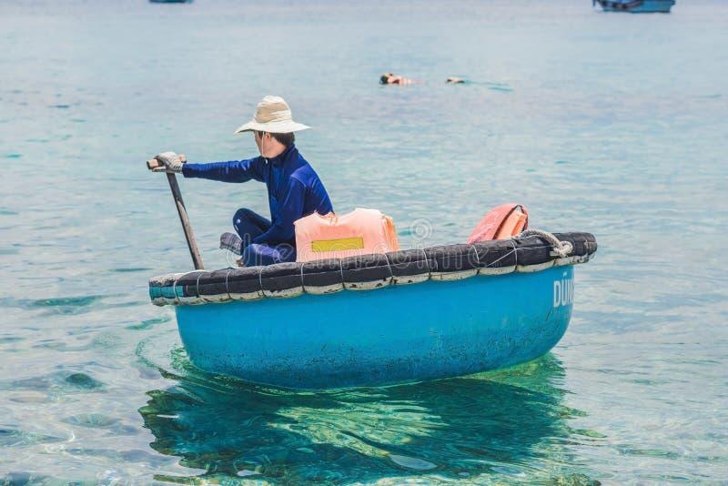 Nha Trang, VIETNAM - 19 de mayo de 2017: Pescador en una boa vietnamita foto de archivo