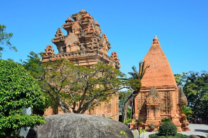 Nha Trang, Vietnam, den Ponagar chamen står högt i tempelkomplexet Po Nagar royaltyfri foto