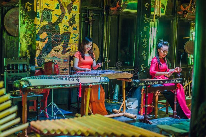 Nha Trang, VIETNAM - Januari 7, 2017: Vietnamese vrouwenmusici die volksinstrumenten spelen stock foto