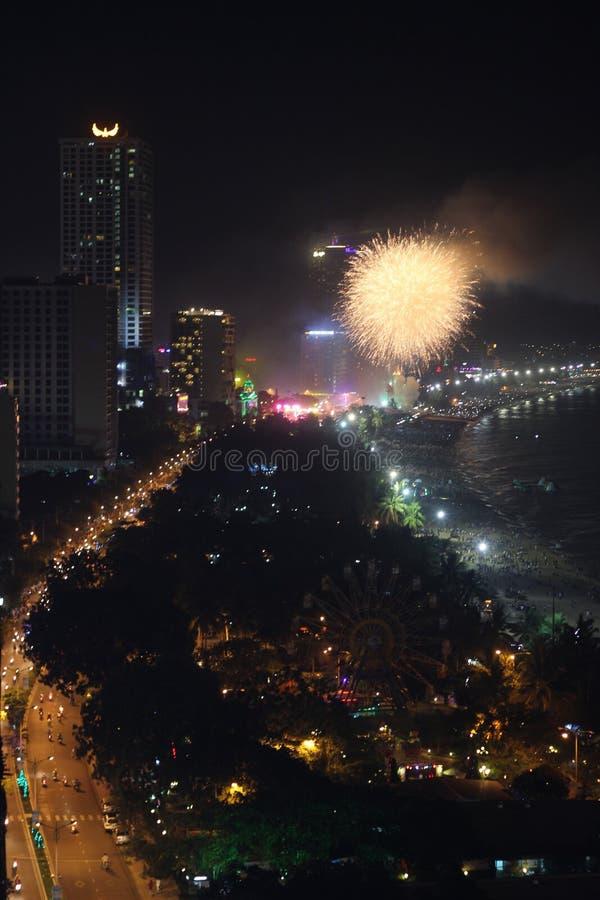 Nha Trang, Vietnam - Juli 12, 2015: Fyrverkeri i nytt års natt arkivfoton