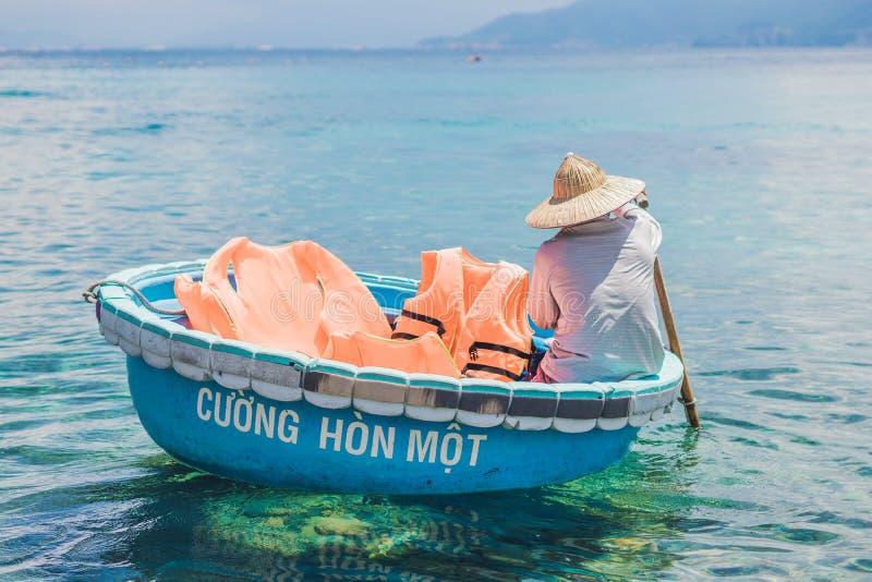 Nha Trang, VIETNAM - MAJ 19, 2017: Fiskaren i ett vietnamesiskt fartyg gillar korgen royaltyfri foto