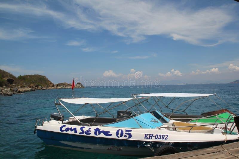 Nha Trang, Vietnam - mayo 20,2018: Canoa hermosa en el mar azul y cielo en el día de verano imagen de archivo libre de regalías