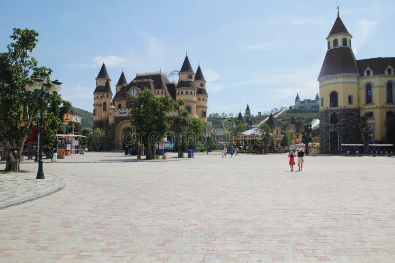 Nha Trang, Vietnam - mayo 21,2018: El visitante es castillos que viajan en Vinpearland Nha Trang en un día de verano foto de archivo