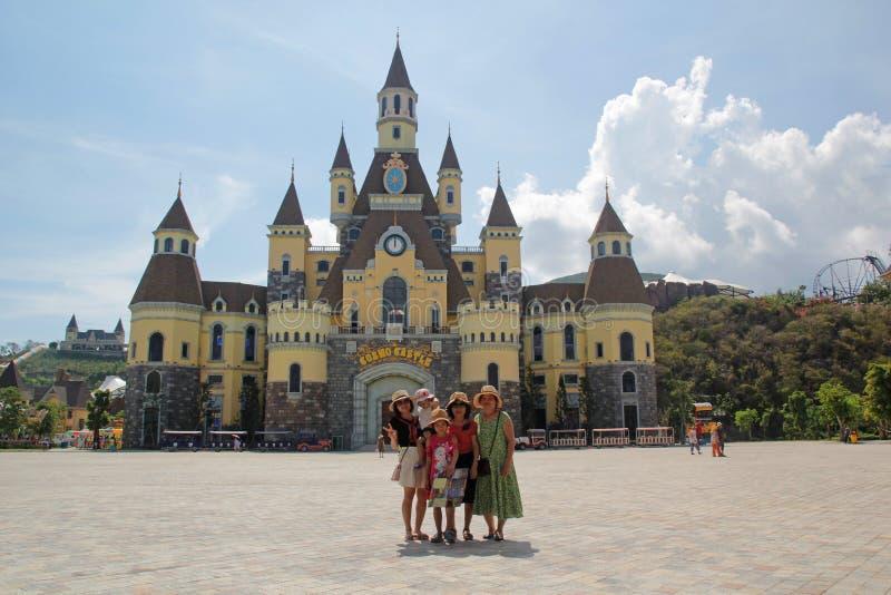 Nha Trang, Vietnam - mayo 21,2018: Familia feliz en el castillo en Vinpearland Nha Trang en un día de verano imagen de archivo