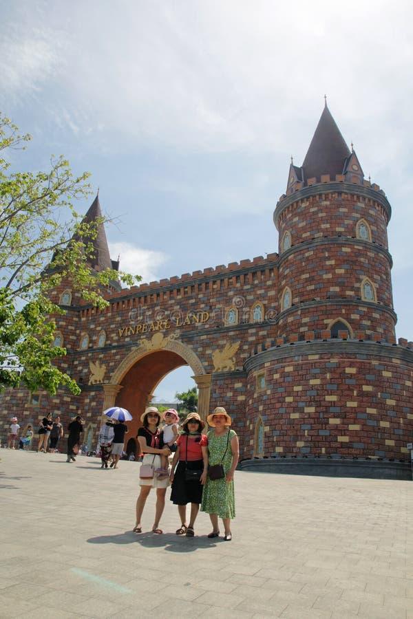 Nha Trang, Vietnam - mayo 21,2018: Familia feliz en el castillo en Vinpearland Nha Trang en un día de verano imagen de archivo libre de regalías