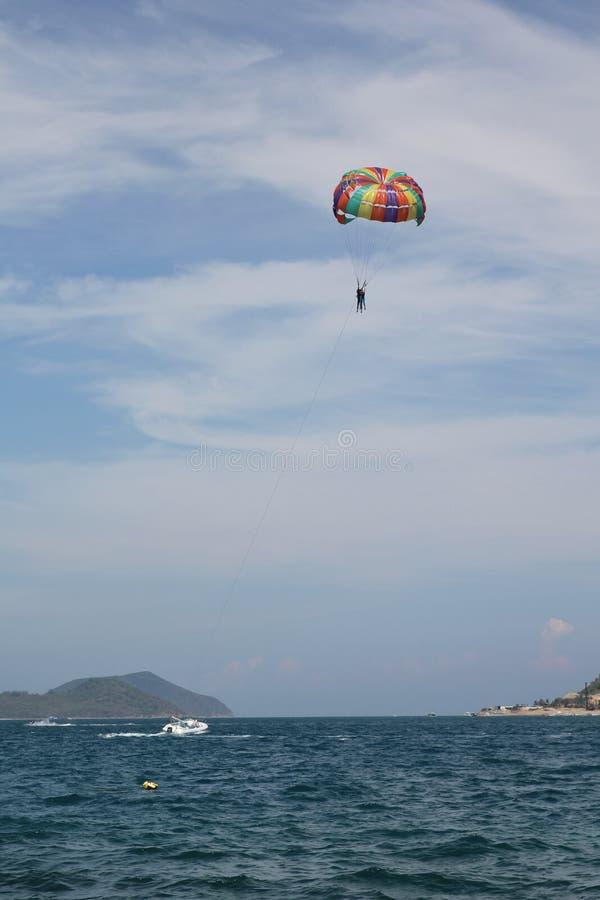 Nha Trang, Vietnam - mayo 20,2018: Paisaje hermoso con el mar, el cielo, el paragliding y la montaña azules en un día de verano fotos de archivo libres de regalías